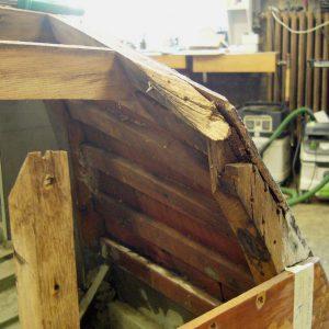 Der Spiegelrahmen wurde demontiert und im weiteren Restaurationsverlauf  repariert bzw. ersetzt.