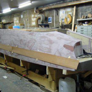 Nach Drehen des Bootskörpers wurden die Mallspanten entfernt, der Rumpf von innen mit Biaxialgelege und Epoxydharz laminiert und das Heck gestaltet