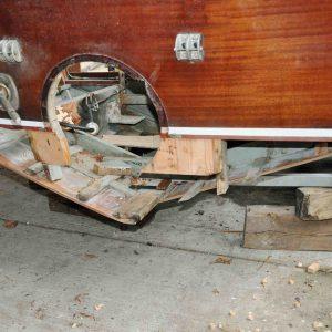 Entfernen des unteren Spiegelrahmens sowie des hinteren steuerbordseitigen Unterwasserschiffs